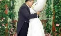 أعرب رجل ياباني عن عشقه لوسادته، وقام بالزواج منها في مراسيم