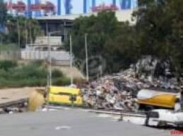 شاحنات تقوم برمي النفايات الان في مجرى نهر بيروت مقابل معمل الغاز