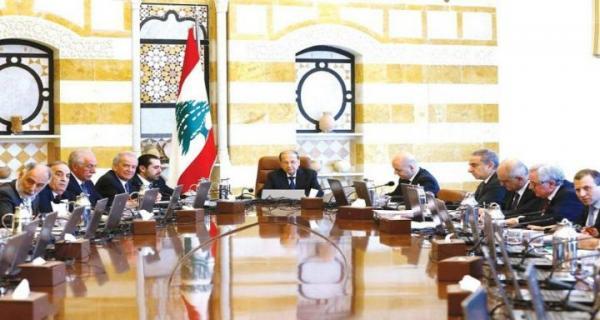 عون مترئساً جلسة مجلس الوزراء في قصر بعبدا أمس (رويترز)