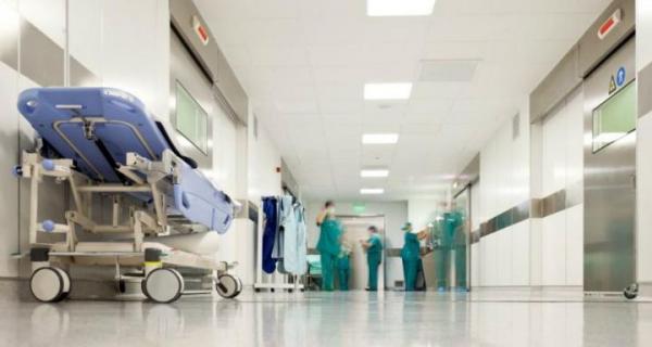 في أحد مستشفيات لبنان  طبيبة بدون ختم  والممرضات للوالد المفجوع عم تتفرج عالصبايا