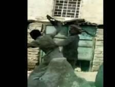 بالفيديو أب يضرب ابنه المريض بعنف ويشق رأسه